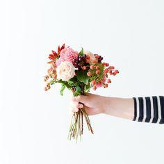 ただいまオフィスには、撮影のためのお花がたくさんならんでいます。お花があるっていいな~と、横を通るたびに、チラリとのぞいています♪ #北欧暮らしの道具店 #金木犀 #花 #お花 #ザ花部 #花のある暮らし #花のある生活
