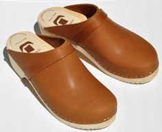 I've been considering getting some clogs lately, ever since seeing a gorgeous vintage pair somewhere online. They're especially good for when your ankles are playing up, as mine are lately. Swedish Style, Clog Sandals, Gibson Guitars, Casual Chic, Clogs, What To Wear, Shoe Boots, Natural Fashion, Feminine