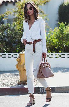 Aimee Song usa camisa branca com calça skinny branca, e cinto, bolsa e sandália marrons