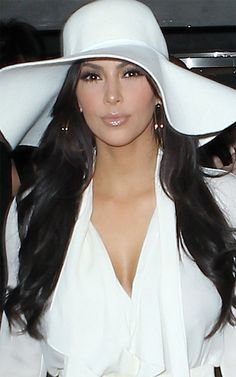 am not a Kim Kardashian fan, but I am loving her big white floppy hat! I find those hats to make women very mysterious and powerful. Estilo Kardashian, Kardashian Style, Kardashian Jenner, Kim Kardashian 2012, Fancy Hats, Cute Hats, Big Hats, Kim K Style, My Style