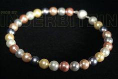 RONJA MULTIROSE. Halskette aus verschiedenfarbigen Muschelkernperlen auf plastifiziertem Silberdraht. Magnetischer Verschluss aus gebürstetem Sterlingsilber 925.