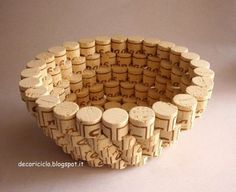 Wine cork bowl -- Instructions in Italian, but enough pictures that I am sure you could reproduce this is you wanted to. Wine Craft, Wine Cork Crafts, Wine Bottle Crafts, Wine Cork Projects, Craft Projects, Project Ideas, Welding Projects, Wine Cork Art, Wine Cork Table