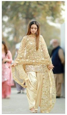 Pakistani Fashion Party Wear, Pakistani Dresses Casual, Pakistani Wedding Outfits, Pakistani Dress Design, Indian Fashion, Punjabi Suits Party Wear, Punjabi Salwar Suits, Punjabi Fashion, Indian Wedding Dresses
