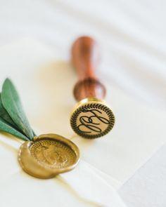 Estes convites deixaram-nos sem palavras. Simplicidade & elegância são os ingredientes perfeitos  Simple & elegant. This wedding stationary is perfect!