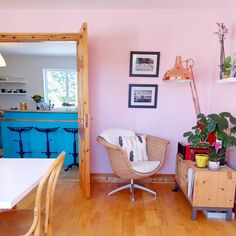 Strawberry-milkshake pink walls and a rose gold lamp warm up this family dining room Pink Dining Rooms, Family Dining Rooms, Tractor Seat Bar Stools, Rose Gold Lamp, Second Hand Furniture, Turquoise Kitchen, Diy Fan, Pink Walls, Tight Budget