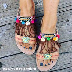 Que tal los colores y detalles de estas sandalias para un loock relajado... Son elaboradas con cuero y totalmente a mano #sandalias #hechoamano