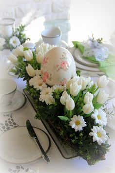 Flower Decorations, Christmas Decorations, Easter Table Settings, Easter Flowers, Deco Floral, Spring Home Decor, Diy Centerpieces, Egg Decorating, Easter Crafts