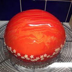 Tahle zrcadlová poleva se hodí na polévání hladkých želatinových dortů, například z ovocné pěny nebo čokoládové pěny nebo na dorty potřené krémem... Gorgeous Cakes, Amazing Cakes, Homemade Sweets, Food Decoration, Mini Cakes, Food Hacks, Pumpkin Carving, Sweet Recipes, Mousse