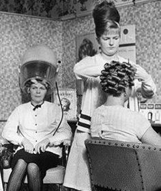 Mother in Law (at the back) did not approve with her new Daughter in Law's long hair. She took her to the salon for a more appropiate hairstyle… – Prom Hairstyles Bad Hair Day, Big Hair, Vintage Glamour, Vintage Beauty, Vintage Hair Salons, Sleep In Hair Rollers, 1960s Hair, Beehive Hair, Bouffant Hair