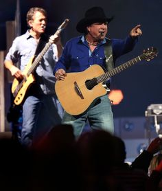 . Garth Brooks performs in concert at the SAP Center in San Jose, Calif., on Friday, Nov. 13, 2015. (Anda Chu/Bay Area News Group)
