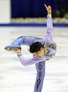 NHK杯フィギュアの男子ショートプログラム(SP)で演技する羽生結弦=札幌市