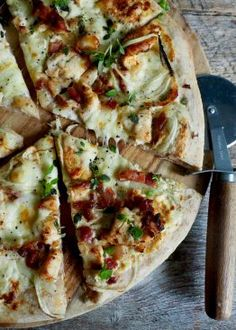 Pizza med kylling og bacon Good Food, Yummy Food, Secret Recipe, Bacon, Vegetable Pizza, Tapas, Nom Nom, Food And Drink, Healthy Recipes