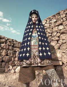 Hanaa Ben Abdesslem met een laag kleurrijke Perzische stof over fijne Chinese zijde, die uitkomt onder dikke grof gebreide Ierse wol. 'Portrait of the East' gaat qua styling, door Marije Gookoop, van oost naar west en vice versa.
