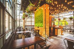 Unser Interior ist mehr als nur Einrichtung: Zahlreiche Pflanzen, massive Holztische und markante Edison Birnen schaffen Abwechslung und sind innovativ. Hier fühlen wir uns wohl.
