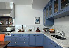 A suíte tem cama desenhada pelo arquiteto Nelson Kabarite. Na parede, tecido listrado azul e branco e quadro de cachorro
