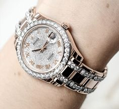 A ladies watch made to shine. The Rolex Oyster Perpetual Pearlmaster 39 in Everose gold with a diamond-paved dial and diamond-set bezel and bracelet.
