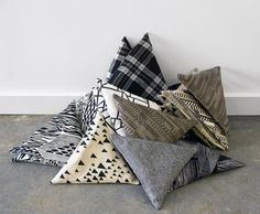 The decoration in triangle mode - Trendy Home Decorations Textiles, Living Room Decor Inspiration, Interior Inspiration, Plaid Bedding, Triangle Pillow, Modern Kids, Home Textile, Textile Art, Trendy Home