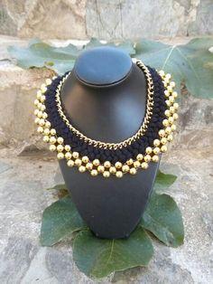 Gargantilla de bolas doradas con trenza de lana en tonos negros