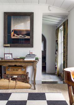 Työhuoneessa on tanskalaisen Dinesenin kaunis douglaskuusi-lautalattia. Perä-seinällä näkyy japanilaisen Hiroshi Sugimoton valokuvateos.