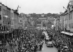 President John F. Kennedy is driven through St. Patrick Street, in Cork, Ireland on June 1963 on the way to city hall to be officially welcomed to town. Old Photos, Vintage Photos, Ireland Homes, House Ireland, Cork City, Cork Ireland, Jfk, Dublin, Street View
