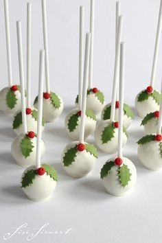 Holly Cake Pops for Christmas Christmas Cake Pops, Christmas Sweets, Christmas Goodies, Christmas Baking, Christmas Crafts, Xmas, Holiday Cakes, Holiday Treats, Box Noel