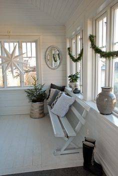 Pretty enclosed porch with simple swags, huge 3D star  -Vita Ranunkler: december 2014