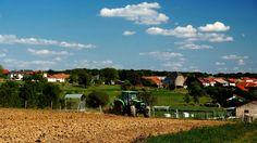 Das heutige Sonnenwetter  ... muss genutzt werden. Besonders in der Landwirtschaft. Da hat der Traktor auch keine Probleme mit dem Boden. Auch im saarländisch-lothringischen Grenzgebiet im Dreiländereck. :-)