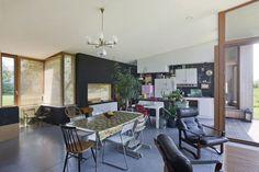 De leefruimte zit centraal in het hoofdvolume dat dankzij het hellende dak optimaal van de zuidgerichte oriëntatie profiteert.
