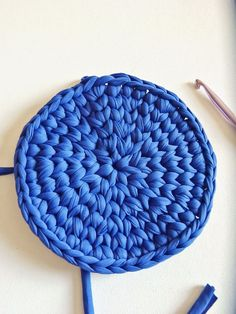 Filet Crochet 67331 Perfect round crocheted in stocking stitch - Tutorial - faitenchiffon Filet Crochet, Crochet Mignon, Crochet Bee, Crochet Stitches, Crochet Hooks, Crochet Patterns, Diy Pouf, Crochet Teddy Bear Pattern, Crochet Bookmarks