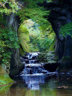 Noumizo-no-taki waterfall, Kimitsu, Chiba from Tokyo) - Like a Ghibli world 『濃溝の滝』 君津 千葉 Beautiful World, Beautiful Places, Beautiful Pictures, Beautiful Forest, All Nature, Amazing Nature, Terre Nature, Landscape Photography, Nature Photography