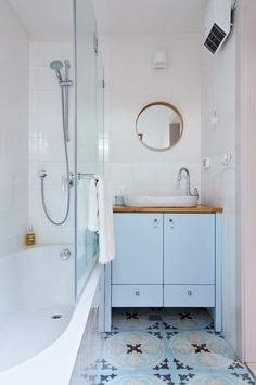 A bathroom in soft whites and blues. Designed by Liat Hadas, Architecture & Design.