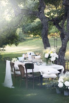 Looking for Sweet & Romantic Backyard Wedding Decor Ideas? Some recommendations from our team can provide inspiration to solve your problem. Outdoor Dining, Outdoor Spaces, Outdoor Decor, Outdoor Tables, Romantic Backyard, Romantic Table, Al Fresco Dining, Deco Table, Outdoor Entertaining