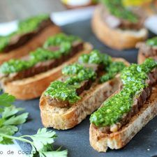 Delicious recipe of Beef crostini with Chimichurri sauce, an easy and quick appetizer to share with your loved ones, that will definitely delight you. Chimichurri, Delicious Desserts, Yummy Food, Tasty, Healthy Food, Dole Pineapple Juice, Coconut Flan, Brunch, Fast Recipes
