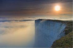 El cabo Beachy, promontorio calcáreo en la costa sur de Inglaterra, junto a la ciudad de Eastbourne, condado de Sussex Oriental. Es el promontorio calizo más alto de Gran Bretaña, llegando a los 162 metros sobre el nivel del mar.