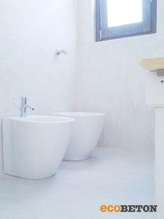 Bagno interamente rivestito con Microbond per un effetto di purezza e regalità.