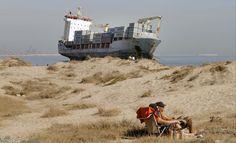 Un tercer remolcador se ha sumado a las tareas de rescate de los dos mercantes que quedaron varados a escasos metros de tierra en la playa de El Saler (Valencia) tras el temporal.