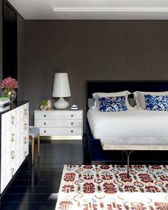 A mistura de texturas e cores realça o espaço projetado pela dupla Nórea de Vitto e Beto Galvez (@betogalveznoreadevitto). Aqui reinam absolutos a cama de veludo azul, o criado-mudo de laca clarinha e a cômoda de couro lézard. Foto Marco Antonio #revistacasaclaudia #decor #decoration #decoração #home #house #casa#bedroom #quarto