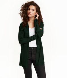 Dunkelgrün. Offener Cardigan aus weichem Feinstrick. Modell mit überschnittenen Schultern und langen Ärmeln.