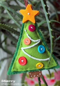 So cute!! DIY Christmas tree made from felt, buttons and beads - so easy to do - older children could make their own!