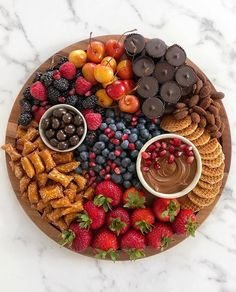 I love seeing everyone joining in on the dessert/candy board train. Let's make this a thing! I mean, the upcoming Halloween possibilities… Snacks Für Party, Appetizers For Party, Appetizer Recipes, Charcuterie And Cheese Board, Charcuterie Platter, Cheese Boards, Charcuterie Spread, Party Food Platters, Food Trays