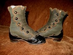 ADORABLE EARLY ANTIQUE VICTORIAN SCALLOPED BUTTON UP BABY BOOTS~SHOES~WITH HEELS