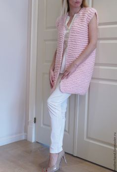 Вязаный жилет нежно-розового цвета из толстой пряжи