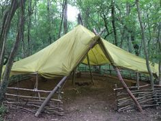 Great bushcraft techniques that all survival lovers will certainly want to learn today. This is most important for bushcraft survival and will defend your life. Bushcraft Camping, Camping Survival, Camping And Hiking, Outdoor Survival, Survival Prepping, Camping Hacks, Bushcraft Gear, Survival Hacks, Survival Skills