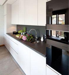 Weiße Küche Dunkle Arbeitsplatte Heller Boden Interior Design