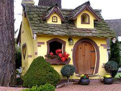 Chemainus, a tiny gingerbread house on  Vancouver Island, Canada. Minha sobrinha iria adora!