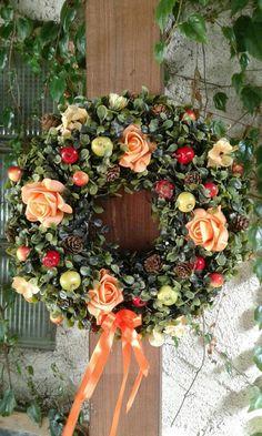Podzimní+věnec+s+růžemi+a+jablíčkami+Trvanlivý+věnec+z+umělého+buxusu+zdobený+pěnovými+růžemi,+umělými+jablíčky+atd.+Velikost+30cm(korpus). Buxus, Floral Wreath, Wreaths, Home Decor, Floral Crown, Decoration Home, Door Wreaths, Room Decor, Deco Mesh Wreaths