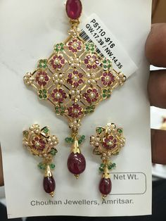 693 new photos · Album by Karan Chauhan Jewelry Design Earrings, Gold Earrings Designs, Gold Jewellery Design, Emerald Jewelry, Gems Jewelry, Bridal Jewelry, India Jewelry, Glamour, Jewelry Patterns