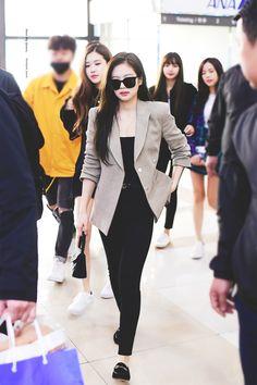 jennie airport fashion blackpink-jennie-a - fashion Blackpink Outfits, Tumblr Outfits, Kpop Fashion Outfits, Blackpink Fashion, Korean Outfits, Asian Fashion, Casual Outfits, Fashion Events, High Fashion