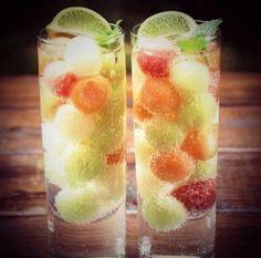 アイスの実をグラスにたっぷり詰め込んで、ライムとミントを飾るとオシャレなバーのドリンクのようになりますね。   グラスに氷を入れる感覚でアイスの実を沢山入れてしまいましょう。  アイスの実も三ツ矢サイダーもキンキンに冷やしておくのがコツです。