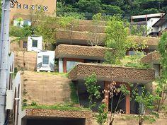 高松市宮脇町。山を背に、住宅街に囲まれ、10年ほど利用されずに残されていた傾斜地に不思議な建物が出来上がった。建物が斜面に埋まるという奇抜なデザインであるが、そこは傾斜地だったことをとことん考えぬいて出来た、理にかなった自然な住まいのカタチだった